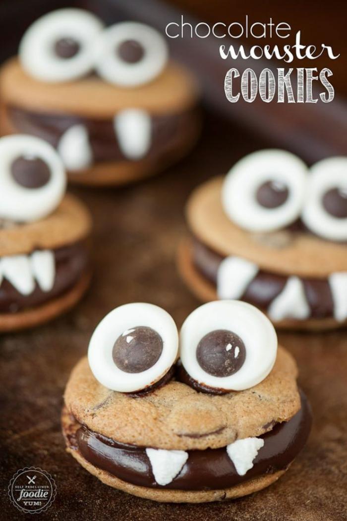 Kekse mit Schokoladenfüllung, Bonbons Augen, kleine Zähne, Halloween Dessert wie Forsche