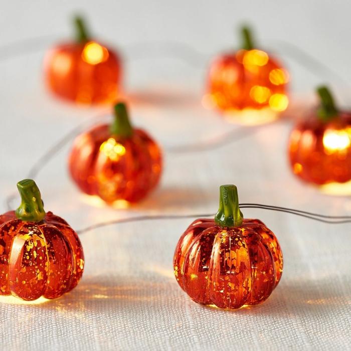 kleine Kürbisse, die glänzen, eine Reihe Gelatine Kürbisse, wie Lichterkette, Halloween Desserte