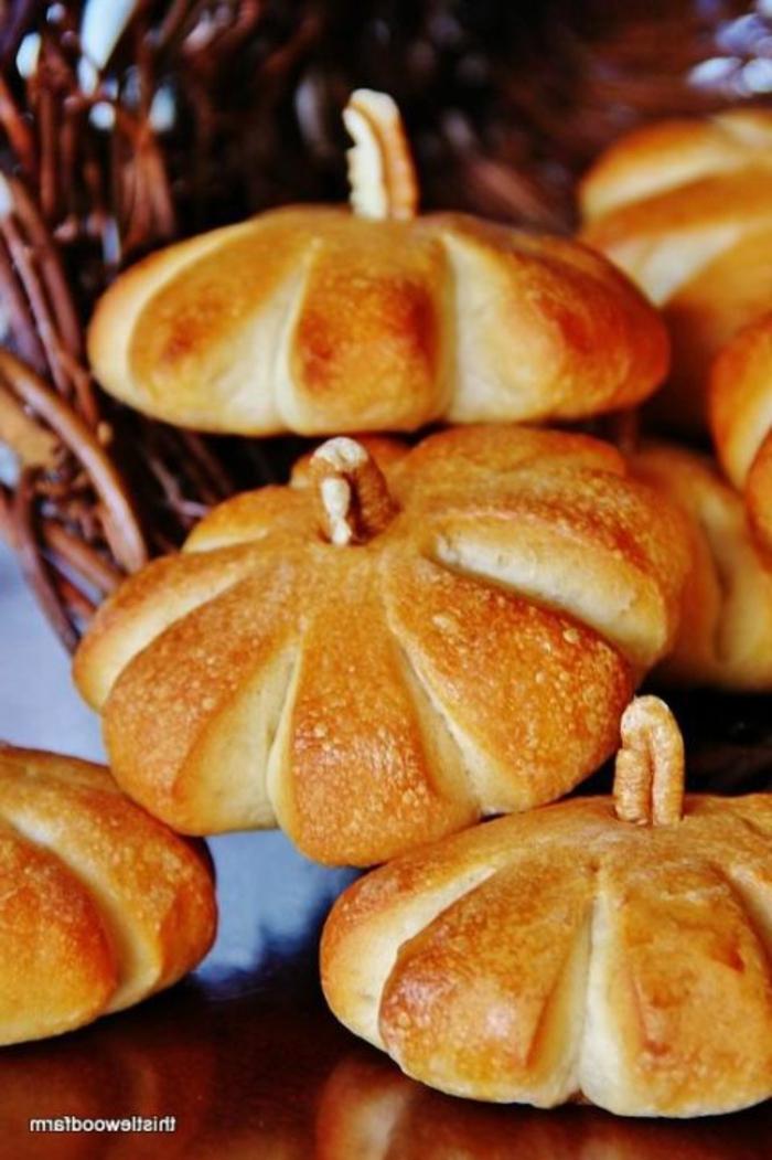 Kürbisse als Kuchen, eine Menge für Halloween Dessert, Walnüsse dienen zu Griffen