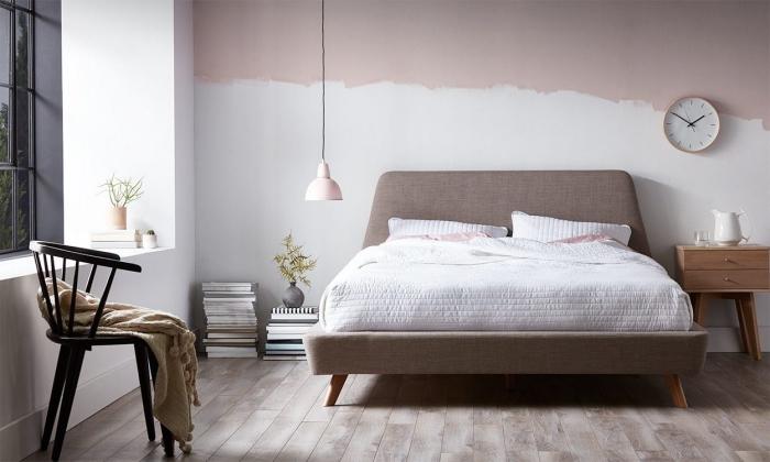 kleine räume einrichten, schlafzimmer gestalten, zweifarbige wand, rosa pendelleuchte