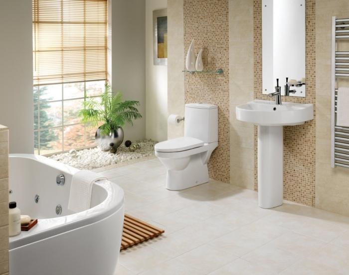 kleine räume geschickt einrichten, badezimmer in weiß und beige, grüne pflanze, mosaikfliesen