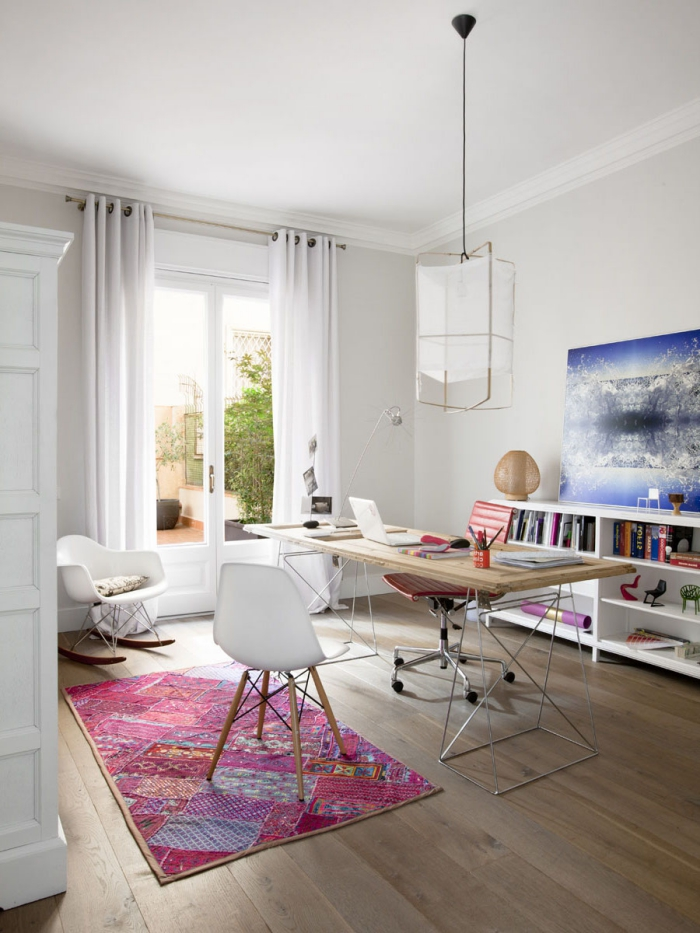 kleine räume geschicht einrichten, boden aus holz, schreibtisch mit metallenen beinen, weißer stuhl, bunter teppich
