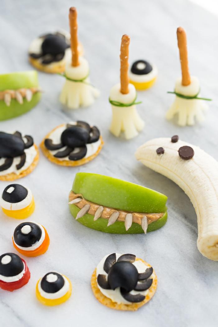 gesundes Halloween Menü, aus Früchten, Spinne aus Oliven. Ungeheuer aus Äpfel, Gespenster Banananen