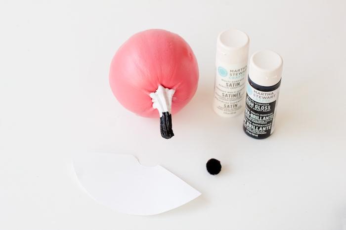 Kürbis mit Acrylfarben bemalen, Partyhütchen aus Papier basteln, kleinen Pompon darauf kleben