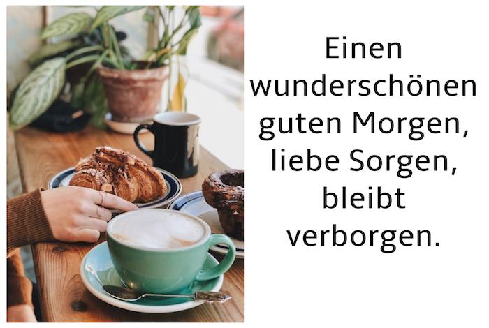 brauner tisch aus holz und eine große grüne tasse mit kaffee und ein löffel, guten morgen grüße für whatsapp, blumentopf mit grünen pflanzen und blättern