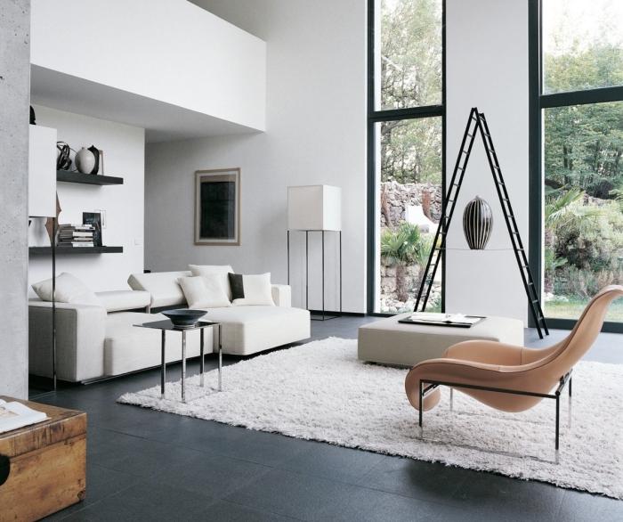 kleines zimmer einrichten, schwarze fliesen, weißes sofa, beige lesesessel, designer möbel