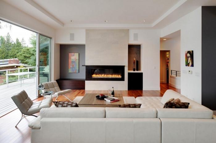 kleines zimmer einrichten, wohnzimmer in weiß, elektrischer kamin, boden aus holz