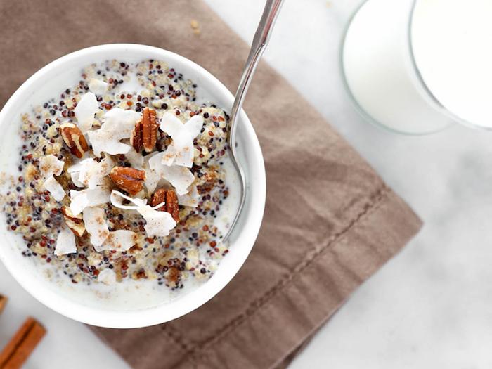 quinoa kochen und genießen am morgen, soyamilch, kokosnuss, pekannüsse, quinoa