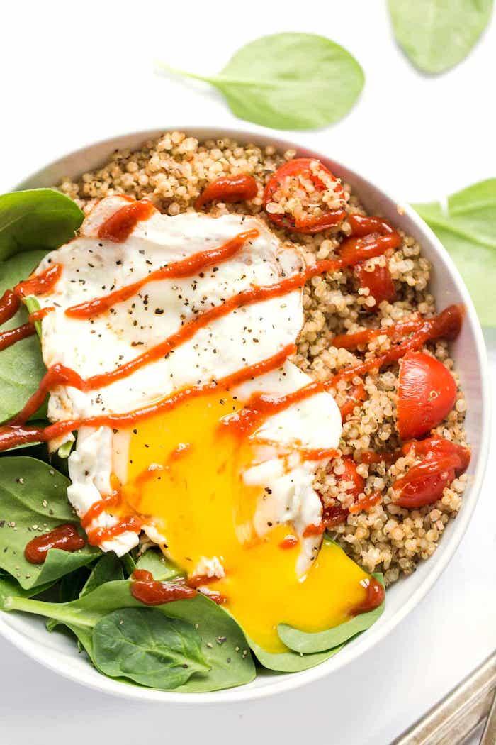 zubereitung quinoa spiesen mit ei und basilikum tomatensoße, cherry tomate