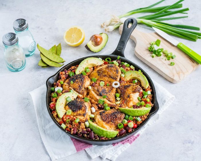 quinoa gerichte in der pfanne zubereiten, vocado, zitrone, zwiebel, hähnchen, salz pfeffer