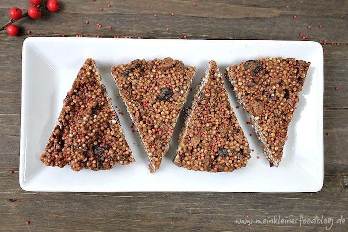 süße quinoa gerichte, vier stücke kuchen aus quinoa, snack süße bars gesund