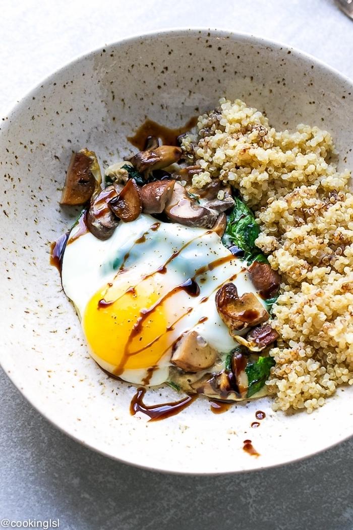 vegetarische rezepte mit quinoa kochen, ei, pilzen, spinat, viele fibern und gesunde nahrstoffe