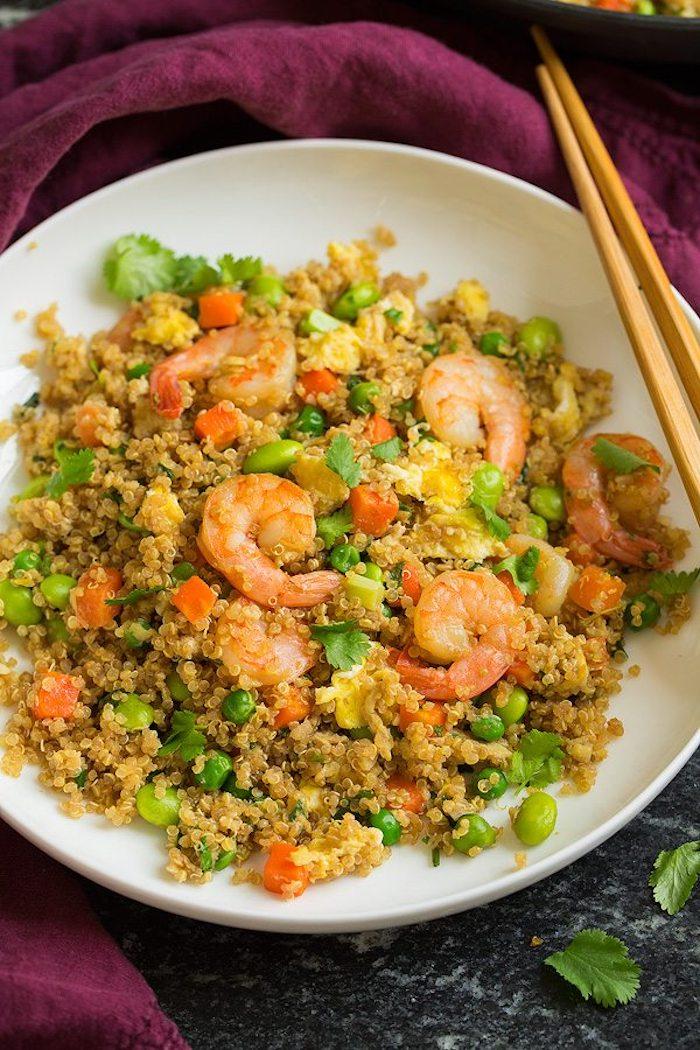 quinoa zubereiten ideen mit garnelen und erbsen, petersilie, möhren, edamame
