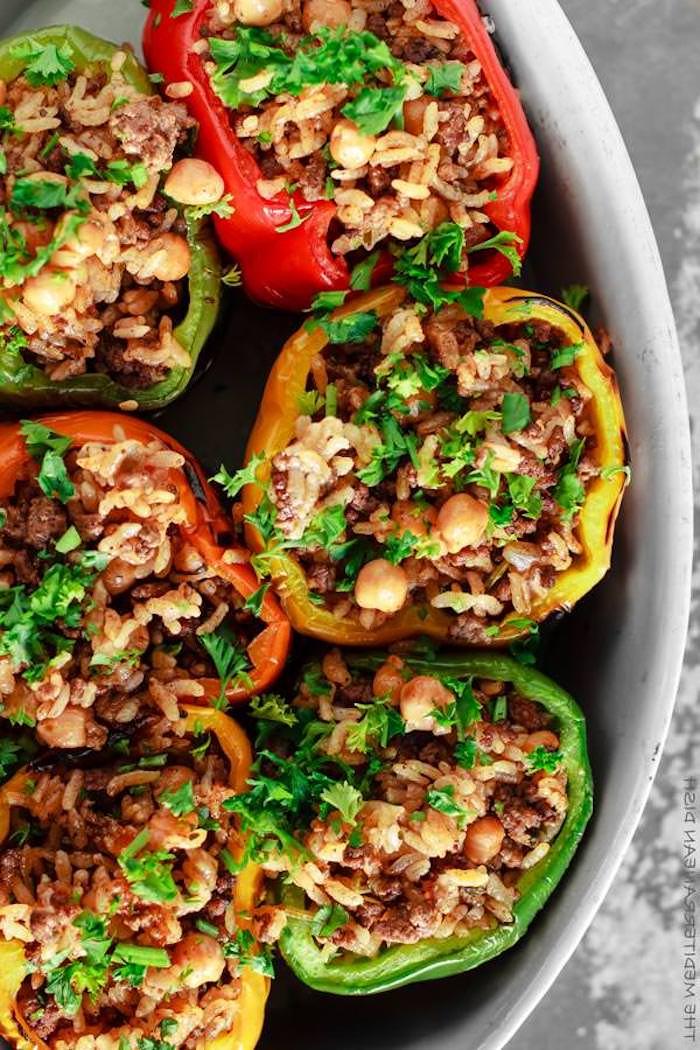 quinoa zubereiten ideen paprika mit kichererbsen, petersilie, grüne paprikas, rote und gelbe paprika