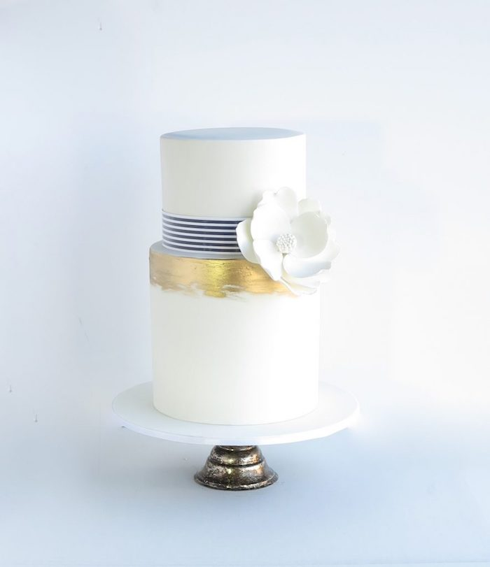 Zweistöckige Fondant Torte auf Tortenständer, weiße Blume aus Fondant, Tauftorte für Mädchen