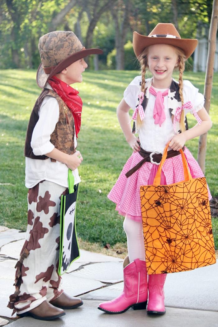 Kostüme für Zwillinge von Cowboys, ein Mädchen und ein Junge, Halloween Kostüme selber machen
