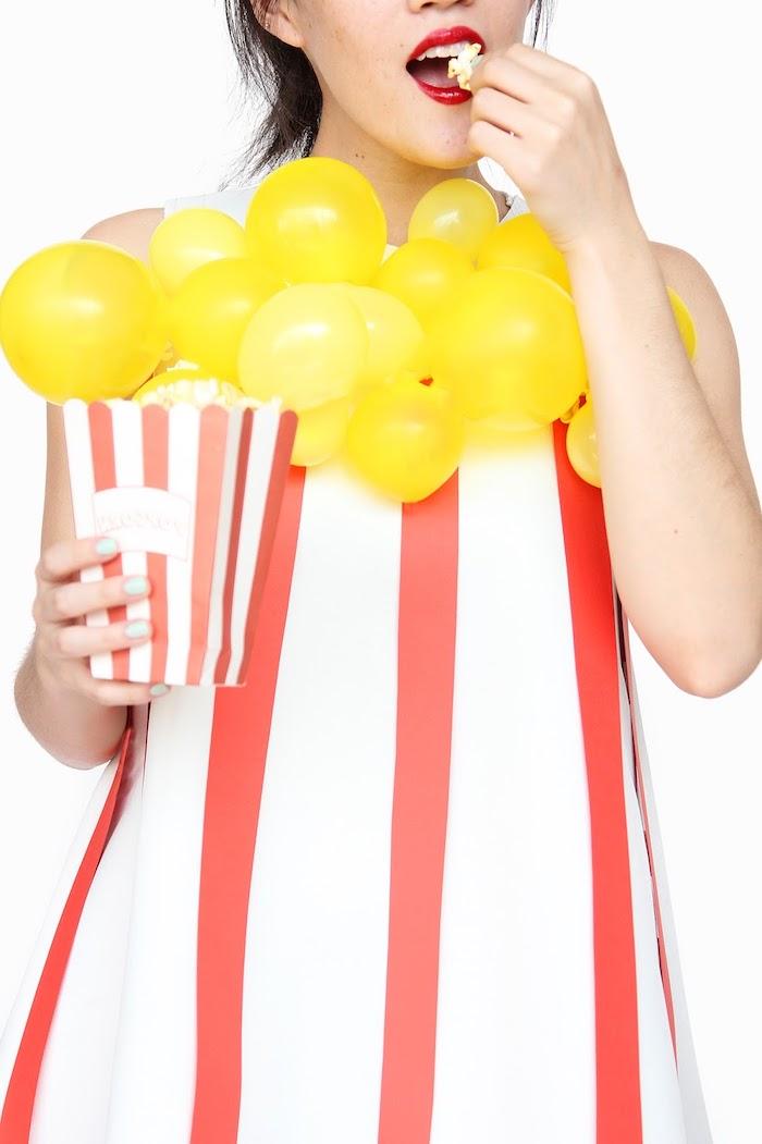 Last Minute Halloween Kostüm Popcorn, gestreiftes Kleid mit kleinen gelben Ballons als Popcorn