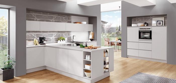 küche gestalten, wohnungseinrichtung ideen, boden aus holz, weiße küchenmöbel, ziegelwand