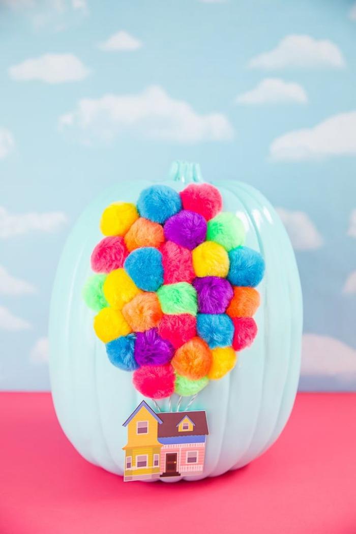 kürbis basteln, diy ideen zu halloween, disney up, bunte bommeln als luftballons, haus aus papier