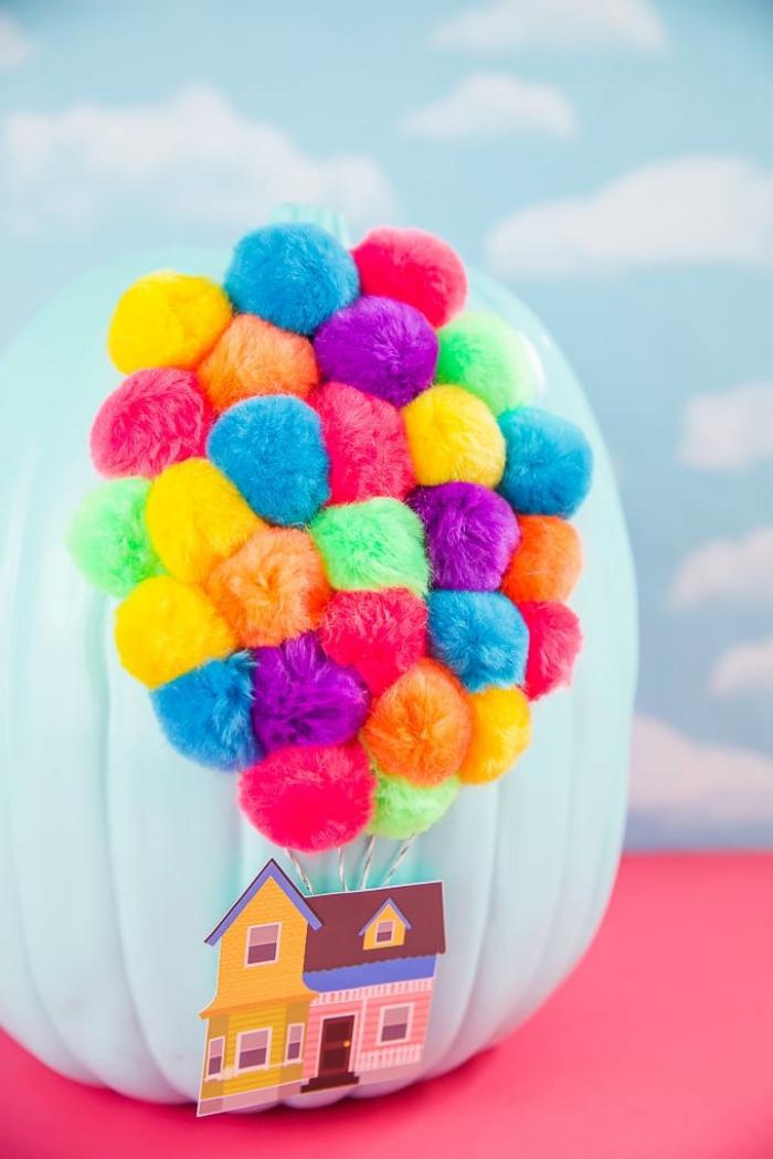 mit kürbis basteln, haus aus papier, luftballons aus bunten troddeln, diy tutorial
