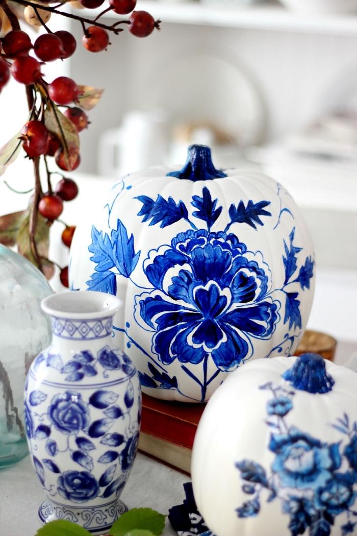 kürbis malen, kreative dekoideen, tisch dekorieren, kürbisse dekoriert mit floralen motiven