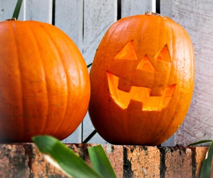 kürbis schnitzen anleitung, gesivht ausschneiden, halloween deko selber machen