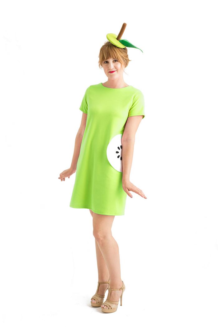 Sich als grünen Apfel zu Halloween verkleiden, grünes Kleid mit Aufkleber, Last Minute Kostüm selber nähen