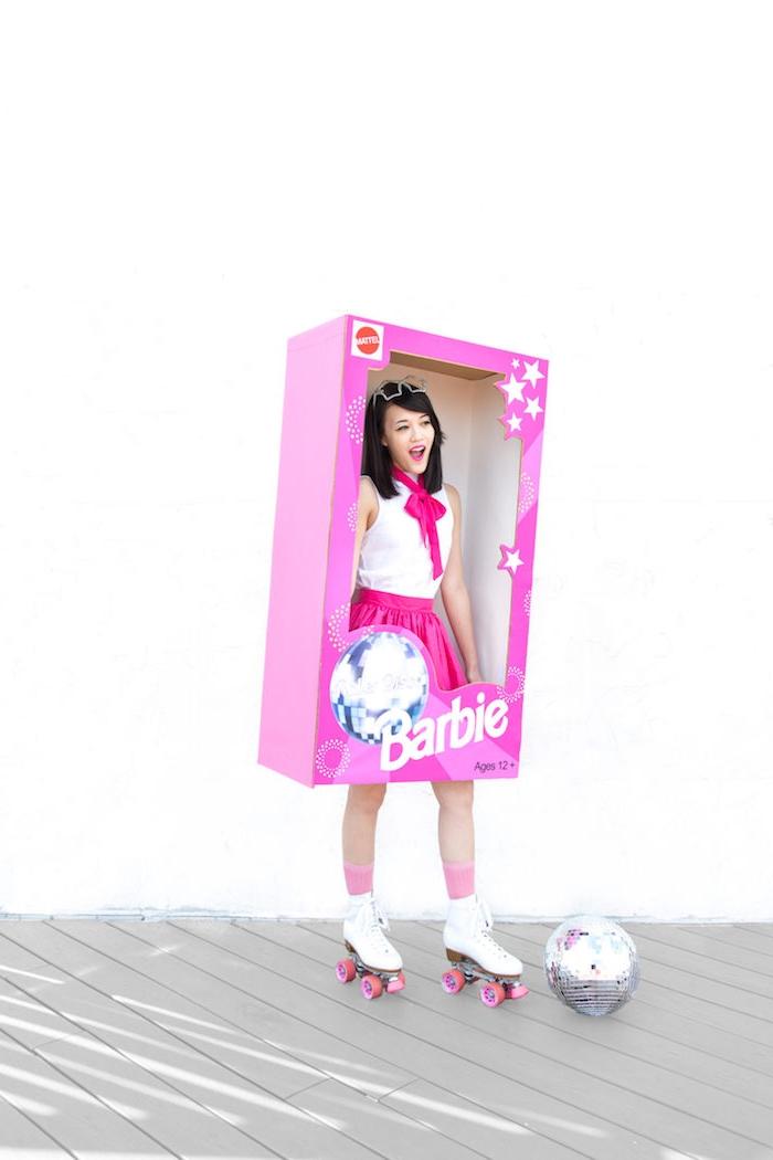 Halloween Kostüm Barbie, violetter Rock, weißes Top und Rollschuhe, in riesige Verpackung eintreten