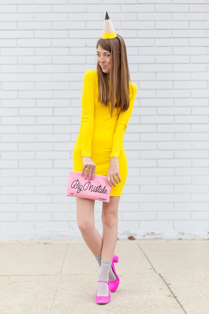 Last Minute Kostüm für Halloween, sich als Bleistift verkleiden, gelbes Kleid und Partyhütchen aus Karton