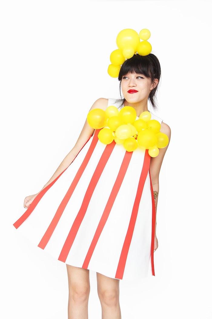 Last Minute Halloween Kostüm Popcorn, gestreiftes Kleid in Rot und Weiß, kleine gelbe Ballons