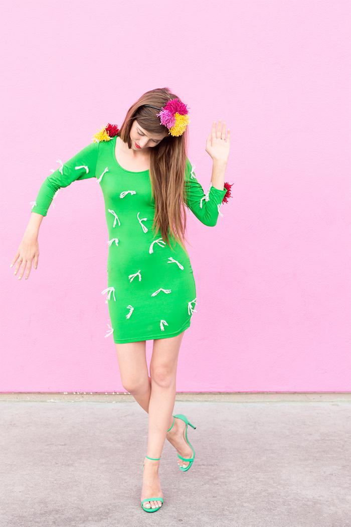 Last Minute Kostüm für Halloween, Kaktus Kostüm aus grünem Kleid und bunten Pompons als Blüten