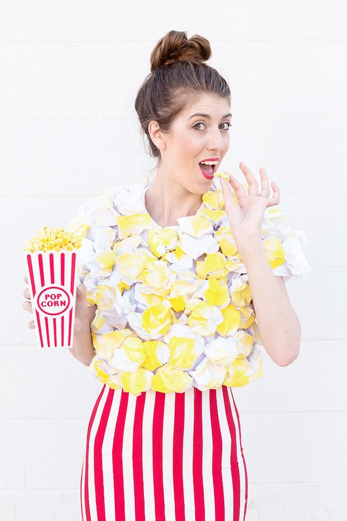 Cooler Last Minute Kostüm für Halloween, weißes Top mit Popcorn aus Papier, gestreifter Rock in Weiß und Rot