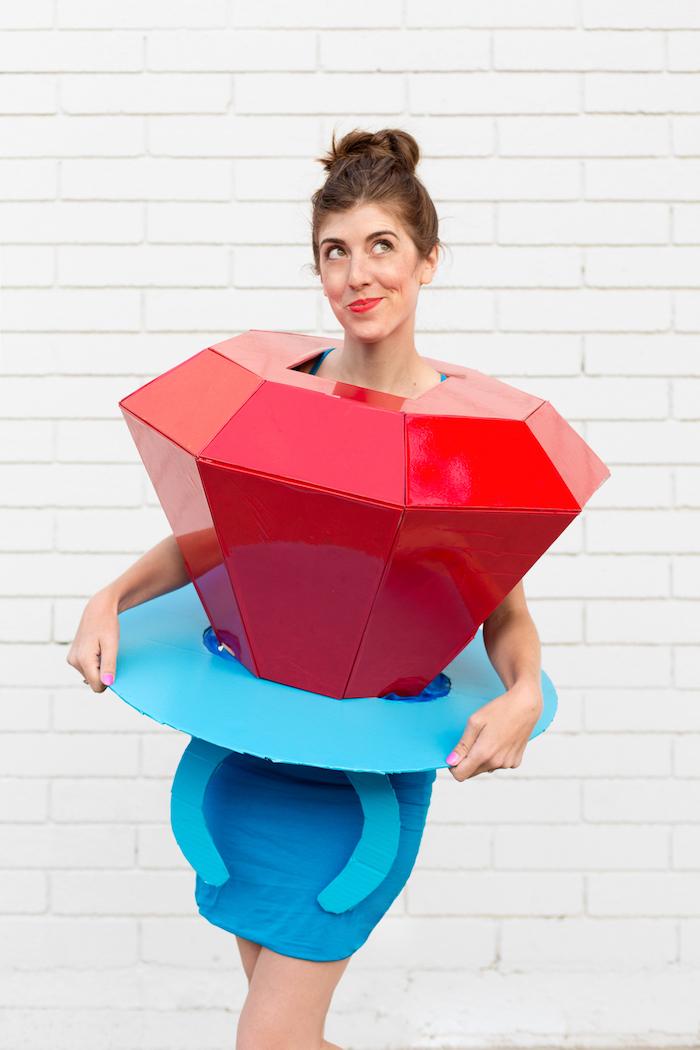 Last Minute Halloween Kostüm, Ring mit einem großen roten Stein aus Karton selber machen