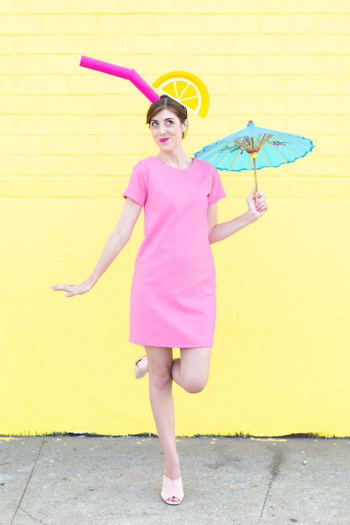Cocktail Kostüm für Halloween, rosafarbenes Kleid mit kurzen Ärmeln, DIY Hut mit Strohhalm und Zitronenscheibe, blaues Cocktailschirmchen