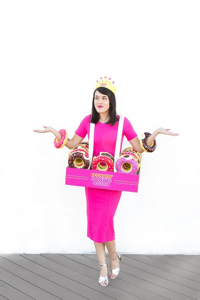 Halloween Kostüm Dunkin Donuts Königin, Krone aus Papier und aufblasbare Donuts in Schachtel