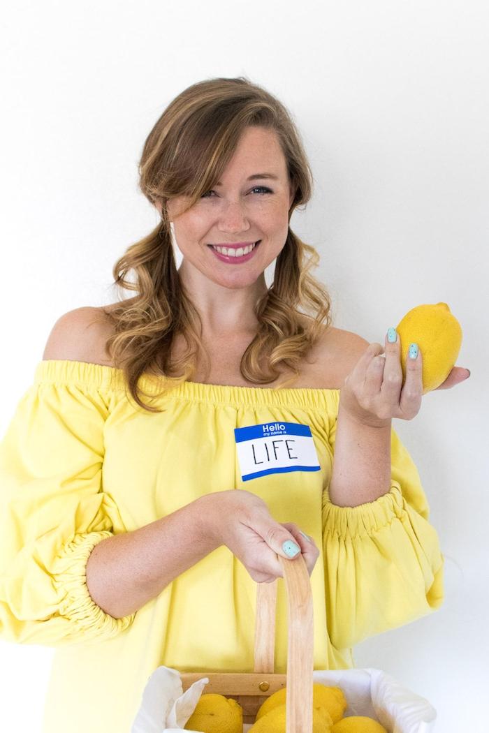 Kreative Idee für Last Minute Halloween Kostüm, wenn Leben dir eine Zitrone gibt, gelbes Kleid und Korb voll mit Zitronen