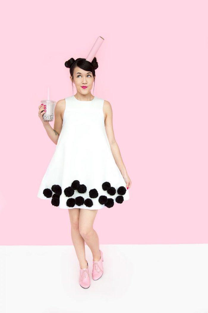 Sich als Milchshake mit Cookies zu Halloween verkleiden, weißes Kleid mit schwarzen Pompons
