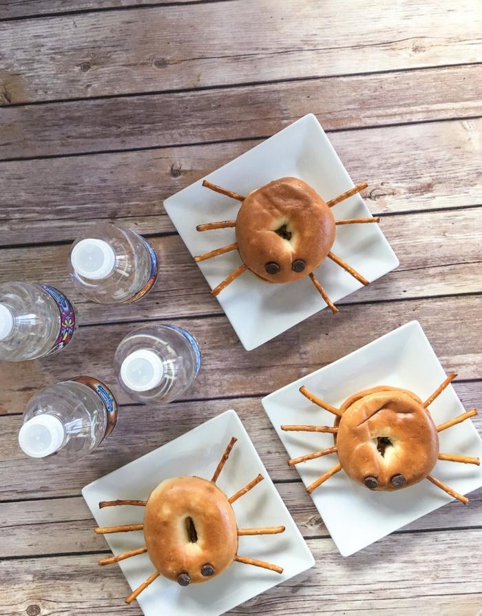 Spinnen aus Donuts und Salzstangen, mit Rosinen als Augen, Halloween Menü zur Schule