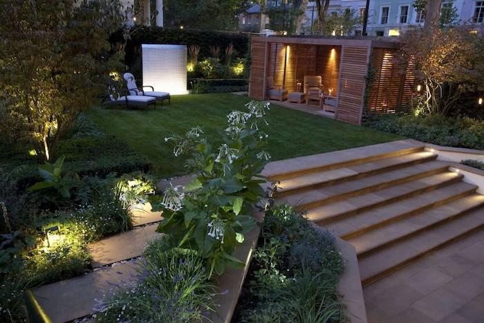 grüner rasen und treppe im garten mit leuchten und zwei kleine weiße liegestühle. gartengestaltung ideen
