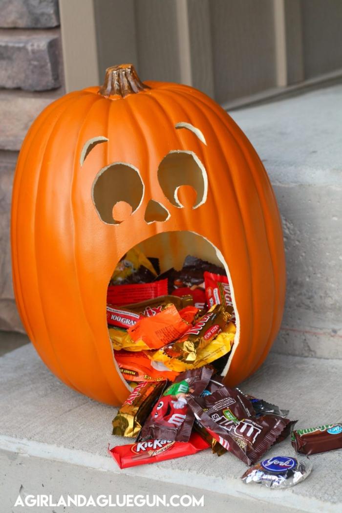 lustige kürbisse ausschneiden, viele süßigkeiten, bärkopf, panda, bastelideen zu halloween