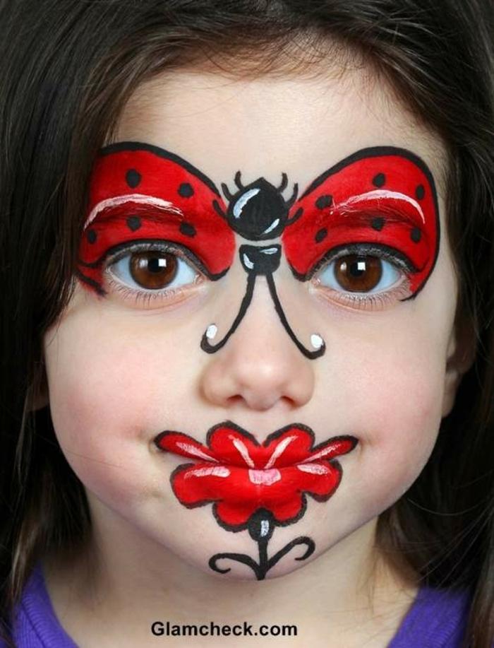 ein Marienkäfer, eine rote Blume auf den Lippen, Halloween Schminktipps für kleine Mädchen