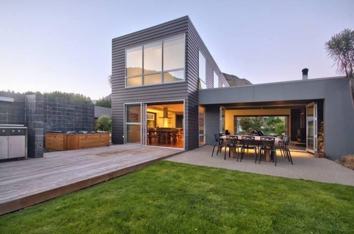 villa bauen, simple außengestaltung, stilvolles interieur, haus mit garten. bild im herbst