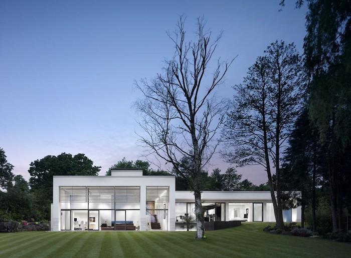 schöne häuser in weiß, haus mit präzis gepflegtem garten, bäume im haus, beleuchtung