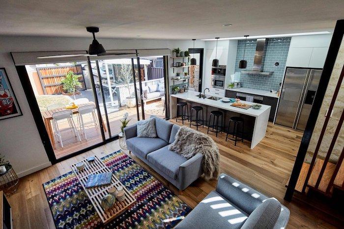 moderne häuser innen ideen zum stilvollen und komfortablen ausstatten, bunter teppich