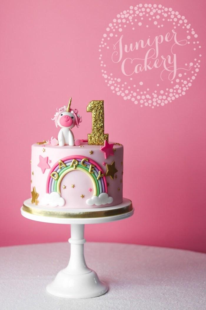 Tauftorte für Mädchen mit Einhorn Figur und Regenbogen, Torte zum ersten Geburtstag auf Tortenständer