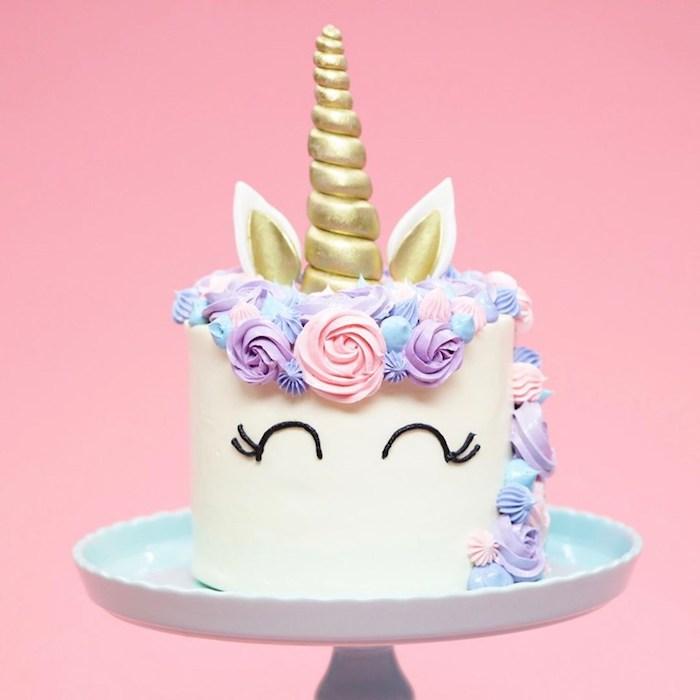 Einhorn Torte zur Taufe, goldener Horn und Ohren aus Fondant, Mähne aus blauer und violetter Creme