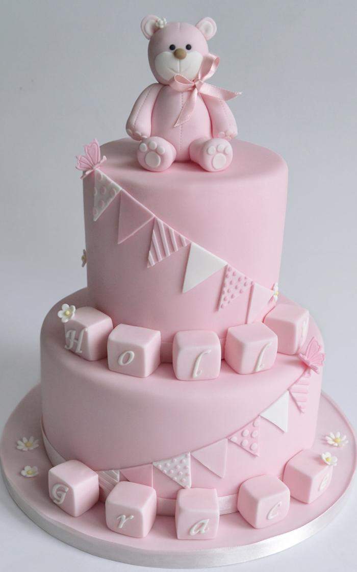 Zweistöckige Torte mit süßem Bärchen und Würfeln aus Fondant, auffällige Tauftorten für Mädchen