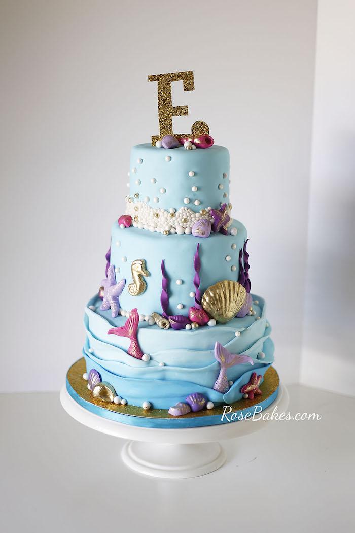 Untermeereswelt Torte zur Taufe oder Kindergeburtstag, dreistöckige blaue Torte mit Fischen und Muscheln