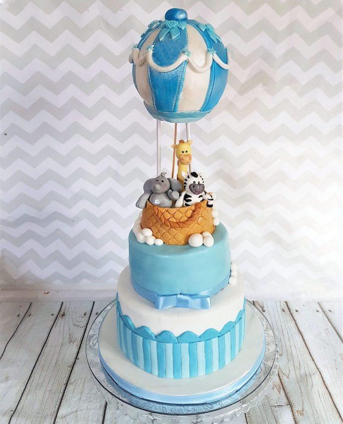 Tauftorte für Jungen, Heißluftballon und Tiere aus Fondant, Elefant Giraffe und Zebra, zweistöckige Torte in Blau und Weiß