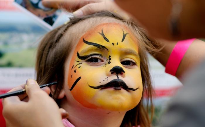 oranges Make up von Rentier, Halloween Schminktipps, ein neugieriges Mädchen